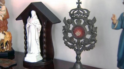 A 200-YEAR-old Sacramental bread turns RED – Blood of Jesus?